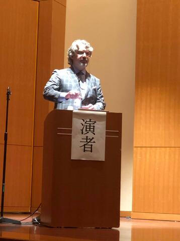 Dr. William Linger, President of the Academy of Microscope Enhanced Dentistry presents a lecture in Tokyo, Japan to the JAMD.